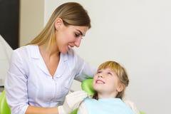 Ein junges Mädchen, das ihre zahnmedizinische Überprüfung am Zahnarzt erhält lizenzfreie stockfotografie