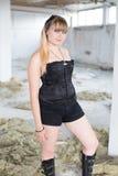Ein junges Mädchen in den Ruinen Stockbilder