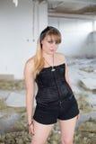 Ein junges Mädchen in den Ruinen Stockfotos