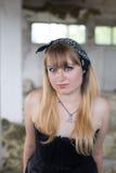 Ein junges Mädchen in den Ruinen Stockfotografie