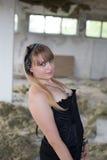 Ein junges Mädchen in den Ruinen Stockfoto