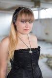 Ein junges Mädchen in den Ruinen Lizenzfreie Stockbilder