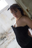 Ein junges Mädchen in den Ruinen Lizenzfreie Stockfotos