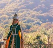 Ein junges Mädchen in den traditionellen Circassian Kleidungstänzen am Festival von Adyghe-Käse in den Vorbergen des Kaukasus lizenzfreies stockbild