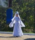 Ein junges Mädchen in der traditionellen Circassian Kleidung, die am Festival von Adyghe-Käse in den Vorbergen des Kaukasus tanzt lizenzfreie stockbilder