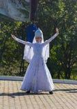 Ein junges Mädchen in der traditionellen Circassian Kleidung, die am Festival von Adyghe-Käse in den Vorbergen des Kaukasus tanzt stockfotografie