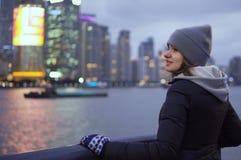 Ein junges Mädchen in einer schwarzen Jacke und in einem Hut betrachtet den Anblick von Shanghai auf der Ufergegend des Vaitan Stockbilder