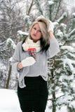 Ein junges Mädchen in einer Strickjacke im Wald stockbilder