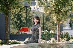 Ein junges Mädchen geht in einen alten Park lizenzfreies stockfoto