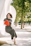 Ein junges Mädchen geht in einen alten Park lizenzfreie stockbilder