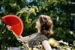 Ein junges Mädchen geht in einen alten Park stockfotografie