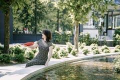 Ein junges Mädchen geht in einen alten Park lizenzfreie stockfotografie