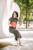 Ein junges Mädchen geht in einen alten Park stockfoto