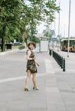 Ein junges Mädchen geht um die Stadt lizenzfreies stockbild