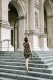 Ein junges Mädchen geht um die Stadt stockfotos