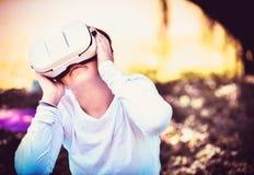 Ein junges Mädchen genießt ihre persönliche Welt mit einem VR-Kopfhörer und einer virtuellen Realität Stockfoto
