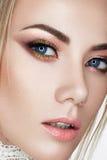 Ein junges Mädchen im Bild einer Braut Ein schönes Modell mit einem hellen Make-up und einer perfekten Haut Schönheit des Gesicht Lizenzfreie Stockbilder