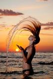 Ein junges Mädchen im Meer Stockfotografie