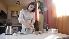 Ein junges Mädchen knetet einen Pizzateig mit ihren Händen Haus, Nahrung, Backen, Schutzblech stock footage