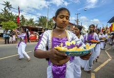 Ein junges Mädchen mit Angeboten zu Lord Buddha nimmt am Hikkaduwa-perahera teil Lizenzfreies Stockfoto