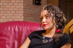 Ein junges Mädchen mit einem Glas Wein in einer schönen Einstellung Stockbilder
