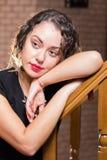 Ein junges Mädchen mit einem Glas Wein in einer schönen Einstellung Stockfotos