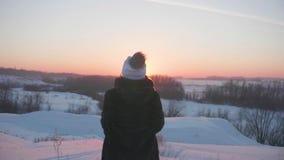 Ein junges Mädchen mit einem Kind, das in Winter Park spielt Wege in der Frischluft Sonnenuntergang stock video