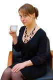 Ein junges Mädchen mit einem Tasse Kaffee stockbild