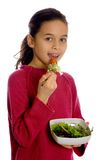 Ein junges Mädchen mit einer Schüssel frischem Salat Lizenzfreie Stockfotos