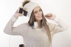 Ein junges Mädchen mit Kopfhörern Stockfotografie