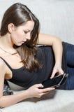 Ein junges Mädchen mit Tablette stockfotografie