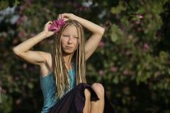 Ein junges Mädchen mit tropischer Blume in ihrem Haar Lizenzfreies Stockbild