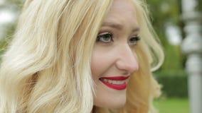Ein junges Mädchen mit vielem Make-uplächeln stock footage