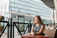 Ein junges Mädchen reist zu einer europäischen Stadt eine Schönheit ist ein touristisches reisendes Europa lizenzfreies stockfoto