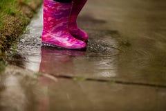 Ein junges Mädchen spielt im dringend benötigten Kalifornien-Regen Lizenzfreie Stockfotografie