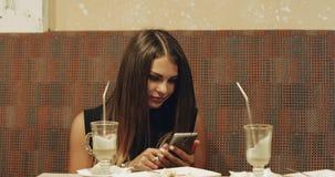 Ein junges Mädchen tut selfie an einer Stange stock video