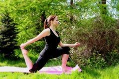 Ein junges Mädchen tut Yoga lizenzfreie stockfotos