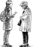 Ein junges Mädchen und eine ältere Frau sprechen Lizenzfreies Stockbild