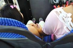 Ein junges Mädchen und ihr Mutterhändchenhalten stockfotografie
