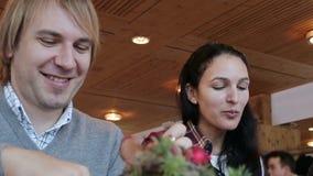 Ein junges Paar, das zusammen zu Abend isst stock video footage