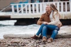 Ein junges Paar in der Liebe auf dem Strand im Herbst Stockbild