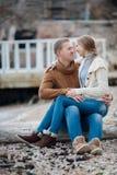 Ein junges Paar in der Liebe auf dem Strand im Herbst Lizenzfreie Stockbilder