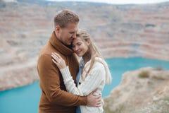 Ein junges Paar in der Liebe auf dem Strand im Herbst Lizenzfreie Stockfotos