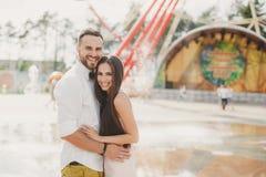 Ein junges Paar in der Liebe in der Stadt parken im Sommer lizenzfreie stockfotografie