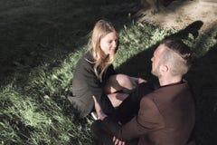 Ein junges Paar in der Liebe, die im Wald geht Lizenzfreies Stockfoto