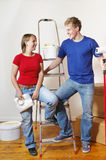 Ein junges Paar in der Wohnung Lizenzfreie Stockfotos