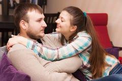 Ein junges Paar Versöhnung nach einem conflictconflict Stockfotografie