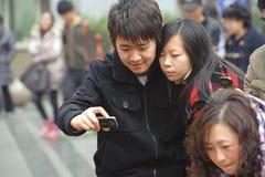 Ein junges Paar, welches die Abbildungen betrachtet Lizenzfreie Stockfotografie