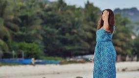 Ein junges russisches Mädchen mit glücklichen Gefühlen geht entlang den Strand und wirft vor der Kamera auf Das Mädchen ist stock footage