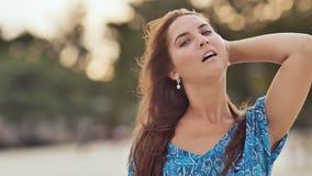 Ein junges russisches Mädchen mit glücklichen Gefühlen geht entlang den Strand und wirft vor der Kamera auf Nahaufnahme E stock video